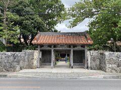 17世紀創建の桃林寺。 先の明和大津波で一度破壊されたが再建。 門左右には仁王像あり。(像も津波被害を受けた)