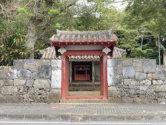 桃林寺向かって右に権現堂。中で行き来は出来ず、一旦外に出る。 桃林寺と同じ17世紀創建。同じく明和大津波の被害を受けたが遅れて18世紀に再建。  表門(附表門)から一直線に見える拝殿、神殿合わせて国指定重要文化財。