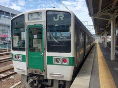 昼御飯を食べてから、米沢行きの奥羽本線に乗ります。鉄ちゃんに人気?なのか、写真や動画を撮る乗客が多数いました。普段は電車の写真を撮らない私もつられて撮影(笑)。