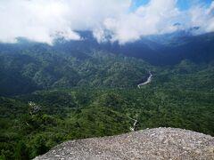 太鼓岩に到着。正面には宮之浦岳も見ることができます。
