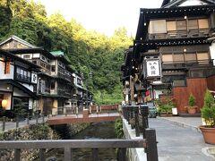 荷物を解き、部屋を整えてから温泉街に向かう。 銀山川の両側に旅館が軒を連ねている。