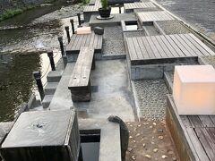 銀山川沿いには足湯も。
