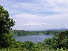 まだかなーって思ってると、突然視界が開けました。 素敵な景色! 右も左も湖。