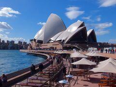シドニー・オペラハウス(Sydney Opera House) 屋根に貼られた白いタイルが日光を反射して綺麗です。