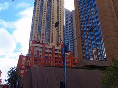 右は、フォーシーズンズ ホテル シドニー(Four Seasons Hotel Sydney)、奥はキー ウエスト スイーツ シドニー(The Sebel Quay West Suites Sydney)