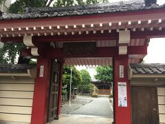 パン屋さんの近くに、赤い門が目をひくお寺がありました。