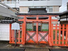 猿沢池のほとりにあるのが春日大社の末社、采女神社。今日は門が閉まっていました。