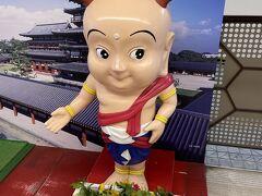 近鉄奈良駅で迎えてくれたのは奈良のゆるキャラ、せんとくん。目ぢからがスゴイ。