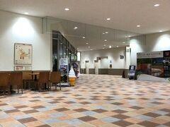 桃源台の駅まで戻ってきました。平日なので閑散としており、売店も休業中です。一日でも早く賑わいが戻るといいのですが。
