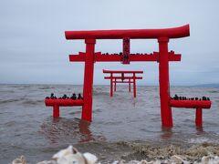 長崎との県境近くの太良町まで来ました 目的はこの『大魚神社の海中鳥居』です 最大6mの日本最大級の干満差が見られる有明海の浅瀬に建っています。 満潮時には浮かんでいるように見え、干潮時には鳥居の下を通ることができます。 約300年前(1693年頃)島に置き去りにされた代官が大魚(ナミノウオ)に救われ、 感激した代官は魚の名を取って「大魚神社」を建て、岸から約2丁(約200m)の海中に鳥居も建てたといわれています。この鳥居は沖ノ島との間の鳥居であり、30年毎に建立する習わしが今も伝えられています。 今日は丁度満潮のタイミングで訪れる事ができました(^^)/