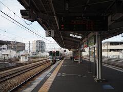 倉敷到着。ちょうど通学時間帯とぶつかり、通学の高校生がこちらで多数降車、乗車してました。そんな電車を見送ります。