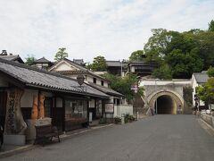 その左には謎のトンネル。鶴形山隧道という普通の生活道路みたいです。