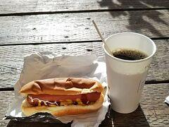 最終日です。  ザ・プラザまで散歩し、以前から気になっていたホットドッグで朝食です。