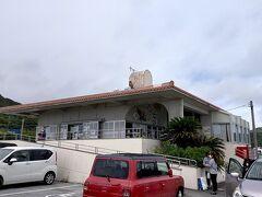 那覇市内中心地にあるホテルロイヤルオリオンから車で40分程で安座真港フェリーターミナルに到着しました。