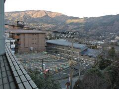 宿泊した宿は、企業の保養所だったような雰囲気です。バルコニーから箱根外輪山が眺められます。
