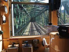 箱根を流れる早川の鉄橋に差しかかります。