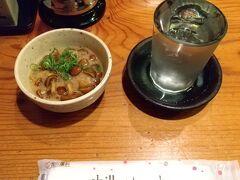 さて、夜はホテル近くの「地場飯&地酒 満天」へ。 お通しと日本酒の桜吹雪。 このお店、広島にある酒蔵のお酒を沢山取り揃えているのが嬉しい。 しかも60mlで260円とお安い。