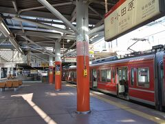 小田原駅で箱根登山鉄道に乗り換えます。箱根湯本までは赤い小田急の1000形に乗ります。