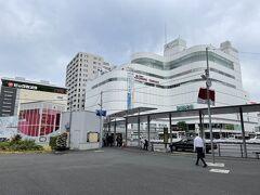 東京・調布市『PARCO』  ファッションビル『調布パルコ』の写真。  今から『神代植物公園』と『深大寺』に行きます。 「調布」駅と「吉祥寺」駅のどちらからでもバスが走っているので まずは「調布」駅を載せ、あとで「吉祥寺」駅を載せます。  「調布」駅北口の駅前にロータリーがあり、バス停が並んでいます。  ちなみにJR中央線「三鷹」駅と「吉祥寺」駅から「深大寺」エリアに 行く際は、小田急バスのバスのりば(2番)「三鷹駅南口」または バスのりば(4番)「吉祥寺駅南口」から調布駅北口または 深大寺行きに乗車し、「神代植物公園前」で下車します。 「三鷹駅南口」からの所要時間は約20分、「吉祥寺駅南口」からの 所要時間は約30分なので、「調布駅北口」からの方が近いです。 (所要時間約15分)
