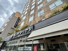 新橋駅から徒歩約5分。 赤レンガ通り沿いにホテルがありました。  夕食は1階の俺のイタリアンにしようと思っていたのですが、残念ながら店休日!