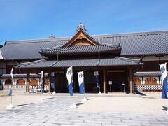 門をくぐると本丸歴史観が堂々とたたずんでいます 江戸時代末期(1838年)に、佐賀10代藩主鍋島直正によって建設された佐賀城本丸御殿を、発掘調査結果、古写真、江戸時代の絵図などを元に忠実に復元した博物館です。 復元規模は当時の約3分の1ですが、木造の復元建物としては日本最大規模だそうです。