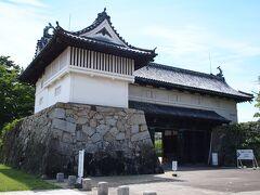 佐賀城 鯱の門及び続櫓 鯱の門は門上に櫓を設けた二階建て構造の櫓門で、屋根の南北に鯱が飾られています。 天保9年(1838年)建築で、明治以降何度かの小修理の後、昭和36年(1961年)に大修理が行われて今に至ります。
