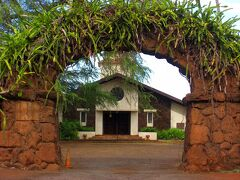 リリウオカラニ・プロテスタント教会。 石を積んだ形の、入口のアーチが印象的です。