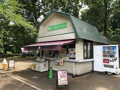 東京・調布市『神代植物公園』の売店【パークスローズガーデン】の 写真。  喉が渇いたなー。