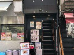"""東京都武蔵野市・吉祥寺【国産黒毛和牛専門店さとう】  行列のできるメンチカツ【吉祥寺さとう】の隣にある 【ステーキハウス さとう 吉祥寺】の写真。  休日なので【吉祥寺さとう】には長い列ができています。 今日は久しぶりにお隣の2階にある【ステーキハウス さとう】の方で 鉄板焼きをいただきます。  メンチカツ【吉祥寺さとう】  1日3000個売れる吉祥寺名物""""元祖丸メンチカツ""""を販売している 精肉店です。当社では契約農家や市場の競りで、オーナー自ら 選び抜いた黒毛和牛を一頭丸ごと買い付けています。 さとうが厳選した本当に美味しい牛肉をぜひご堪能下さい。"""