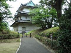 富士見櫓。 本丸西南隅に位置し、江戸城遺構として残る唯一の三重櫓です。現存する三重櫓は明暦3(1657)年の明暦の大火(振袖火事)での焼失後、万治2(1659)年の再建です。どの角度から見ても同じような形に見える事から「八方正面の櫓」との別名も。 天守焼失後の「代用天守」の櫓とも言われています