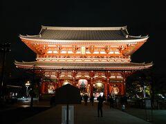 浅草寺も24時くらいまではライトアップされています。