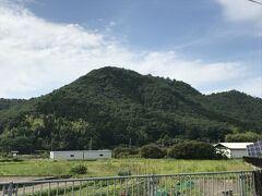 竹田城跡は石垣遺構として全国屈指の規模を誇り、平成18年に日本100名城に選定されました。 また秋の良く晴れた日の早朝に濃い霧が発生し、城跡がまるで雲海に浮かぶように見える姿から近年「天空の城」と呼ばれるようになりました。