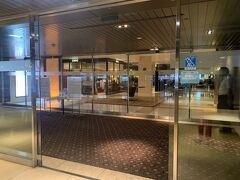 宿泊先のシェラトン都ホテル大阪までは、リムジンバスで約40分程。  大阪上本町駅2Fのバスセンターに到着し、同じフロアの入り口から入ることができます。  こちらがバスセンターからの入り口。