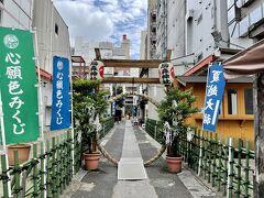 新橋駅からすぐ、ホテルからもほど近い烏森神社へ参拝してきました。 夏越大祓で、茅の輪くぐりが出来ます。