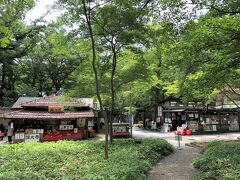 東京都調布市深大寺『神代植物公園』の深大寺門から出てすぐの お蕎麦屋さんの写真。  写真右手に【松葉茶屋】、写真左手に【玉乃屋】があります。 その間の道を進むと『深大寺動物霊園』があり、その先にも 深大寺名物の蕎麦屋や甘味処が集まる「深大寺そば通り」があります。  このひとつ前のブログはこちら↓  <調布&吉祥寺からバスで『神代植物公園』『深大寺』への行き方★ 整理券、ばら園&あじさい園、メンチカツ【吉祥寺さとう】の 【ステーキハウス さとう 吉祥寺】で鉄板焼きランチ♪ 生クリーム専門店【ミルク】のベーカリー【コロニアルガーデン】 限定マリトッツォ>  https://4travel.jp/travelogue/11697985