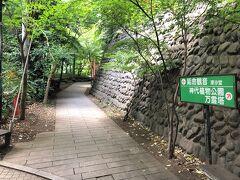 ちょっと寄り道します。  【一福茶屋】の右手の細い道(深大寺参道)の先に 「延命観音屈」があります。