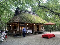 東大寺を参拝した後は、広大な奈良公園の敷地内を通って春日大社へ。  あまりに広くて歩き疲れたので、途中にあったお茶屋さん『水谷茶屋』でちょっぴり休憩。  こちらのお茶屋さん、和スイーツの他にちょっとしたお食事も頂けますが、近くに川が流れていて外は蚊が多いのでご注意を!