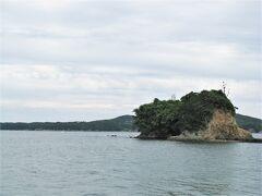 チェックアウト後は浜島漁港の先端に来ました、  今は防波堤で陸続きに成った矢取島に建つ浜島港灯台の眺めです。