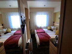 とりあえずホテルに直行。 甲府城横に出来たばかりの「城のホテル」です。 ビジネスホテルなので、部屋は狭め。