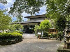 調布市・深大寺 会席料理【水神苑(すいじんえん)】の写真。  立派な建物が見えました。旅館かと思ったら違いました。  武蔵野の緑が色濃く残る、深大寺境内にて半世紀。 四季を魅せる日本庭園、旬を味わう日本料理。 季節を感じるひとときをお過ごしください。