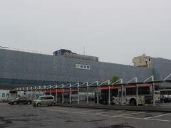 前夜、仕事が終わった後、上越新幹線で新潟に入り、駅前のホテルで一泊。 朝、新潟駅前から佐渡への船に乗るために港へ行くバス乗ります。  新潟駅は旧国鉄時代からの貫録のある駅舎でしたが、建て替えのため工事中でした。 少し残念。