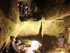 まず「宗大夫坑」へ。 約30分のコース。 ここでは江戸時代の坑道の採掘の様子が再現されています。  鉱石を掘る坑夫は給料は高かったそうですが、仕事は過酷で短命だったとのことです。