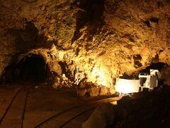 次に「道遊坑」へ。 約40分のコースです。 江戸時代後期には金も取れなくなっていたようですが、明治時代に近代的な方法で再採掘ができるようになり、再び金の算出量は増えました。 坑道内にはトロッコ列車のレールも残っていました。