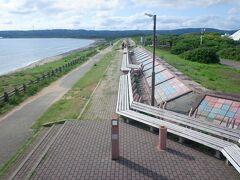 そのまま北上し、世界一長いベンチへ。ギネスブックにも掲載されている、その名の通り世界一長いベンチ。