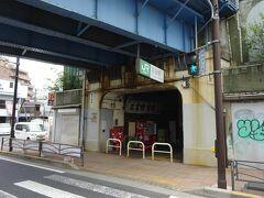 そこにあるのが、鶴見線の国道駅。 ここまで歩いて5分くらい、結構有名な「鉄の抜け道」で、私も3回ぐらい歩いたことがある。