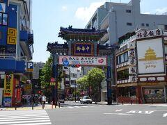 羽田空港でスーツケースを宅急便でホテルまで配送の手続きをして、その後京急で横浜へ。 そこからみなとみらい線に乗り換えて横浜中華街!  私たぶん20年以上ぶり(笑) もう前に来た時の記憶のかけらさえもない(笑) 旦那は横浜中華街初です。  きっと普段は混んでるんだよね? わかんないけど…たぶん空いてるんだろうなぁ。