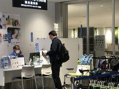 福岡空港には、定刻より20分も早く着いてしまいました。西風の影響を受けなかったからという機長からのお知らせ。やるね、LCCのくせに。偉い偉い!  預けた荷物がターンテーブルで回り始める頃、人間も到着。これにはいつも感心します。羽田のJAL便などの荷物が出てくるのの遅いこと、遅いこと。これだけは、LCCは誇って良いと思います。  観光案内所が、荷物を受け取って出たすぐの所にあります。「しょうがい」がひらがななのは、まあ分かりますが、「こうれい」もひらがななのはなぜ?いつも一人ツッコミをして、素通りします。