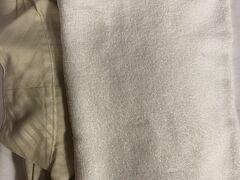 お買い物を終えて道路向かいのホテルリリーフヘ戻ります。近い!  お掃除はキャンセルしてあるので、ドアノブにタオルやガウンなどが、袋に入ってかけられていました。1枚のタオルがこんなに汚れた物。ふだんならすぐフロントに持参して、苦情を言いますが、シャワーカーテンから異臭のする、穴倉ホテルなので、その気力すらなく、諦めしかなく。フェードアウトしていきます。今後 毎月利用してくれるかもしれなかった上得意客(?)を逃しましたね。お気の毒さま。