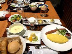 朝食は滞在しているホテルメトロポリタン山形2階の最上亭。 妻は洋定食。