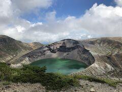 天気が良くて良かった。 お釜の湖面はコバルト色。